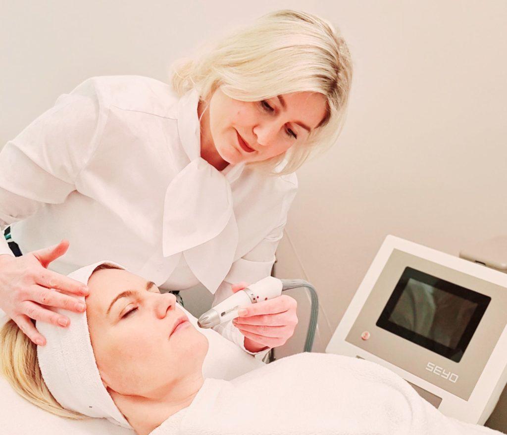Foto Aquafacial, Peeling, Augenbrauen zupfen, Gesichtsmassage, Vitamin- und Antioxidantien-Behandlung mit Ultraschall, Algenmaske, Abschlusspflege